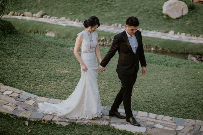 couple de mariés se tenant la main