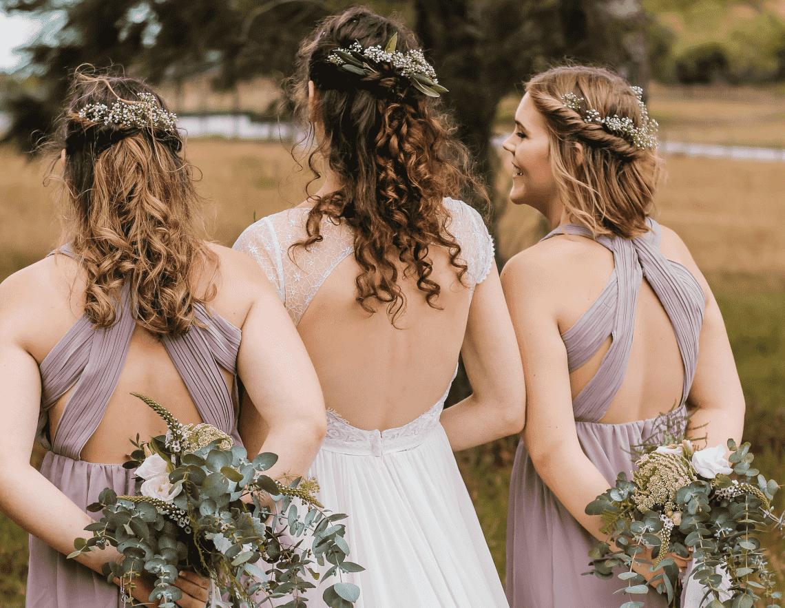 une mariée et ses demoiselles d'honneur portant la même tenue