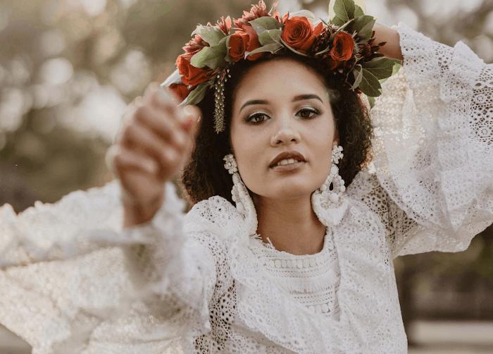 mariée portant une couronne de fleurs rouge et boucles d'oreille
