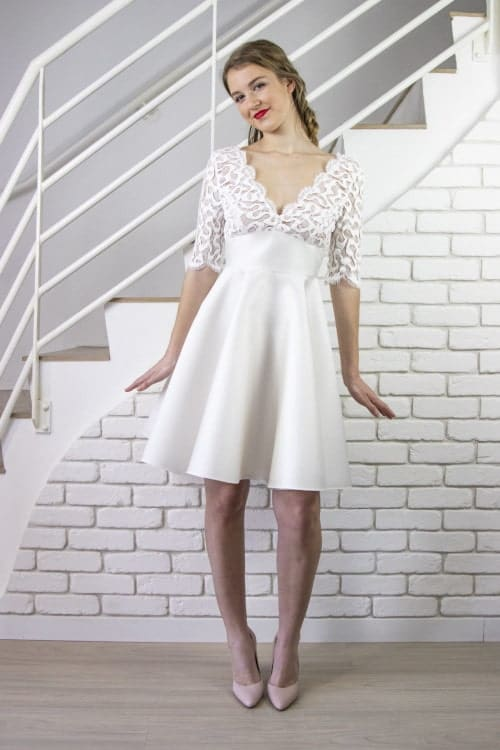 Femme portant une robe de mariage civil sur un site d'achat de robes de mariée