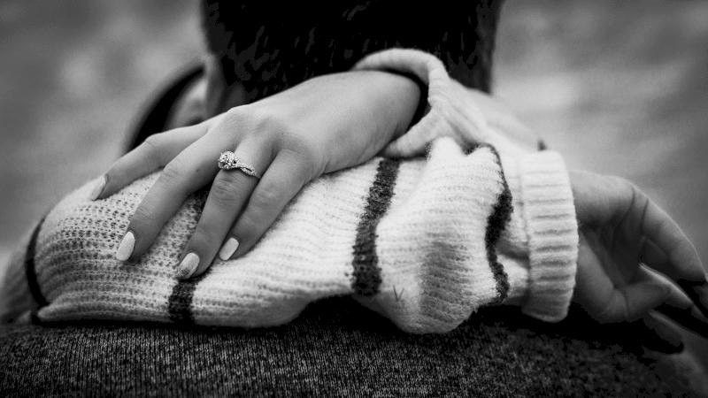 femme avec bague de fiançailles