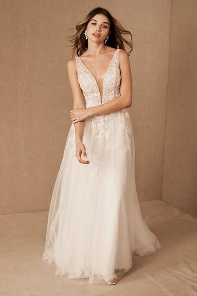 femme portant une robe de mariée achetée en ligne
