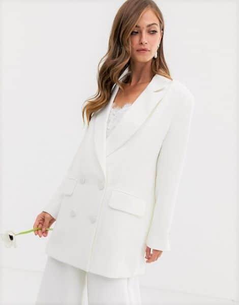 femme portant un tailleur blanc pour mariée 50 ans