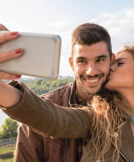 couple prenant un selfie