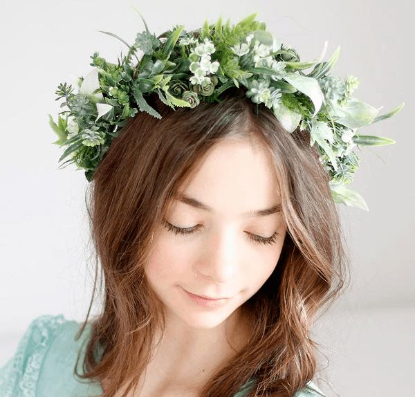 jeunne fille portant une couronne de fleur en feuillage