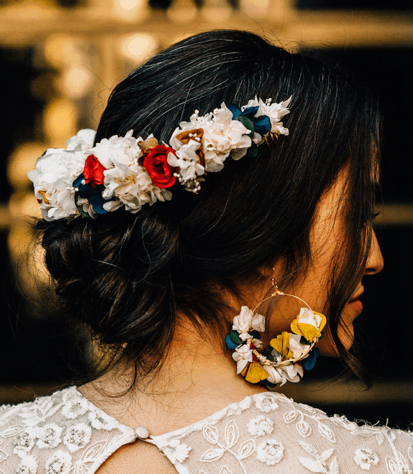 femme portant une demie couronne de fleur inversée