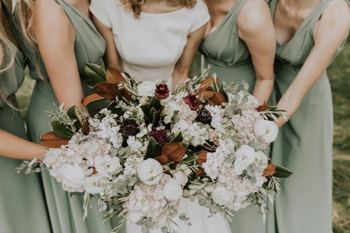 demoiselles d'honneur et la mariée tenant des bouquets