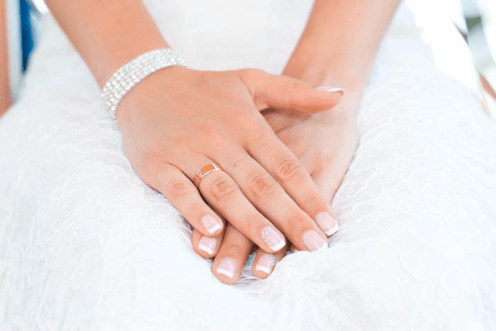 mains de mariée avec bijoux