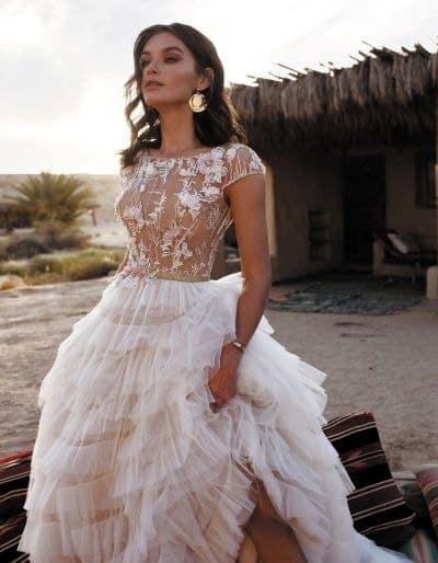 femme portant une robe de mariée à volants
