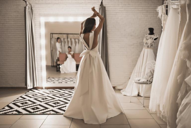 mariée robe noeud dans boutique