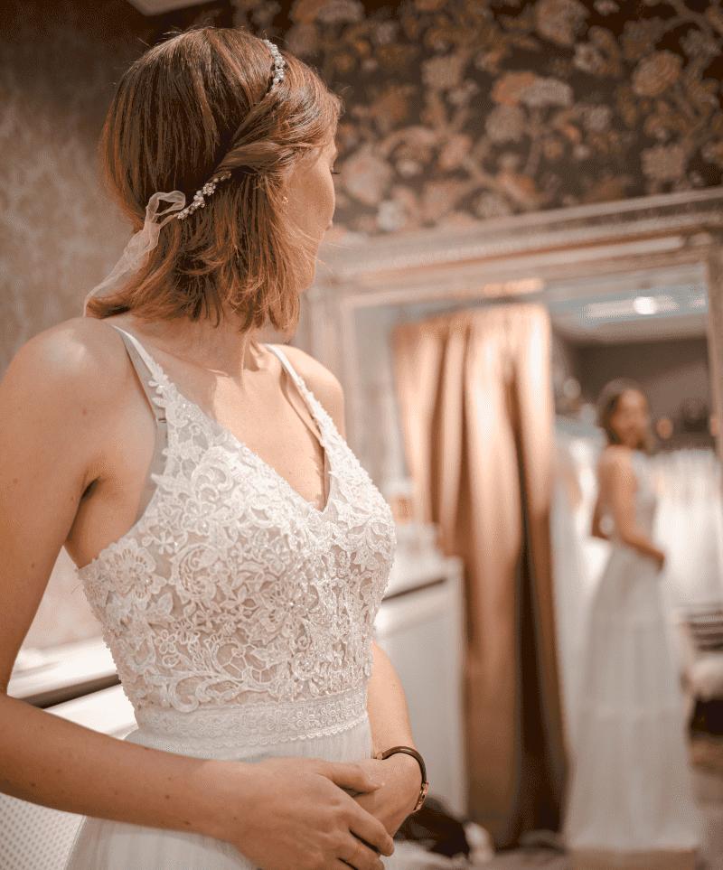 mariée essayant robe de mariée