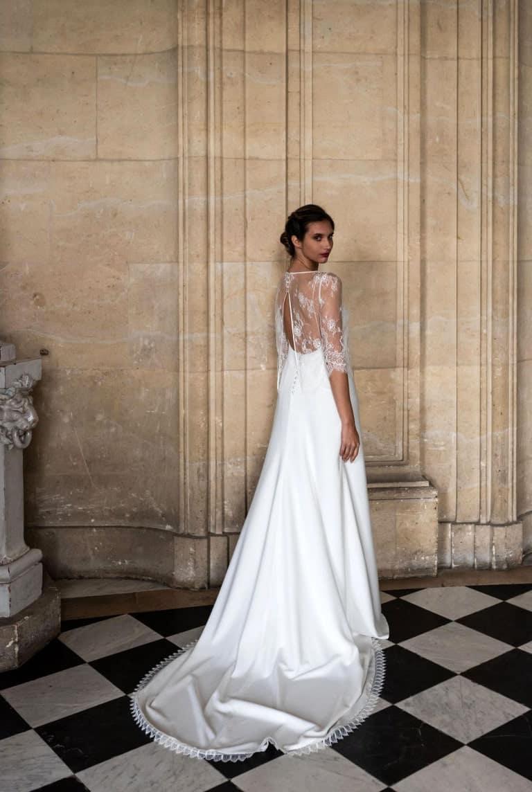 femme portant une robe de mariée pose de 3/4