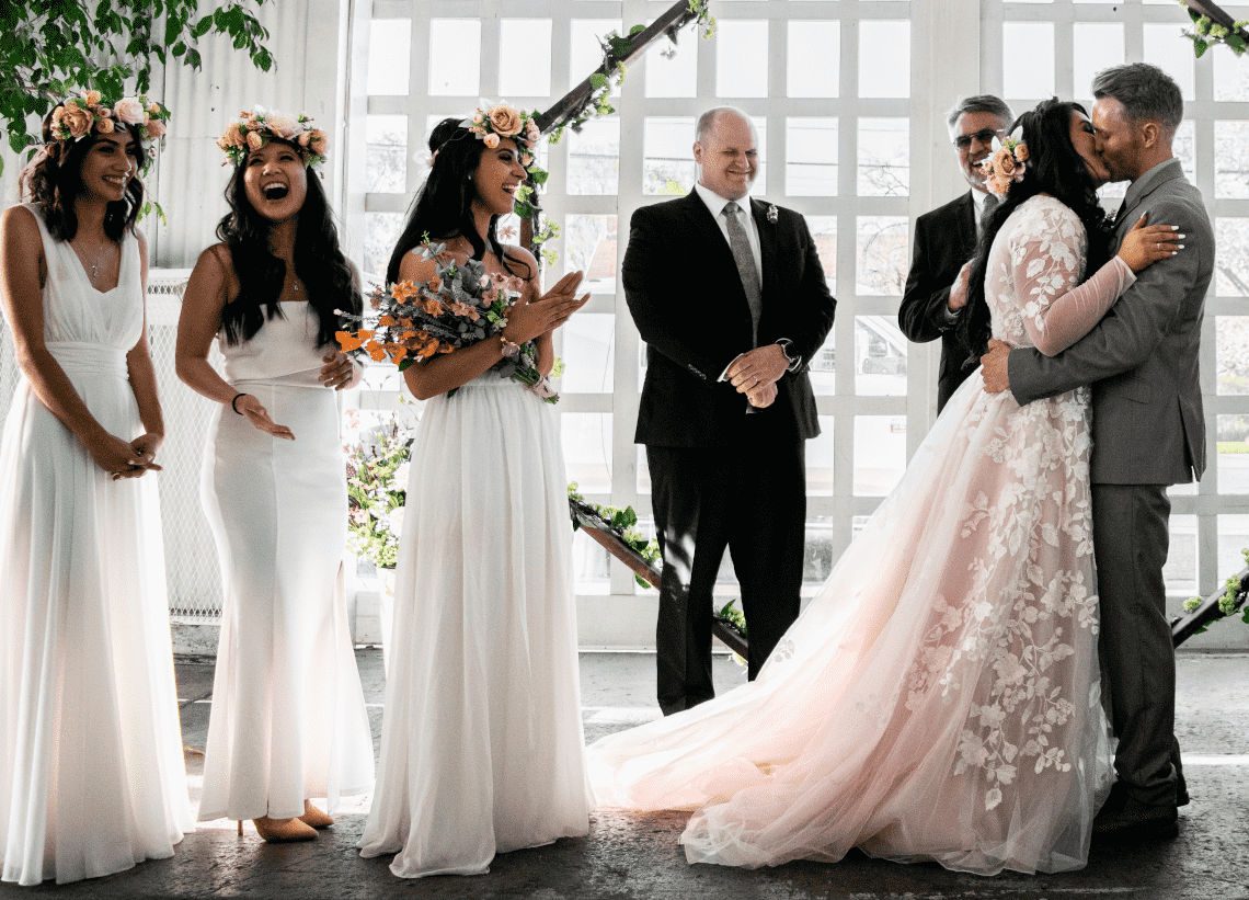 3 demoiselles d'honneur en robes blanches devant l'hôtel
