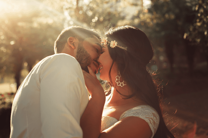 couple de marié s'embrassant