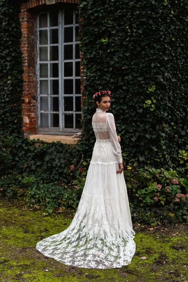 femme portant une robe de mariée Harpe avec traîne dans un jardin