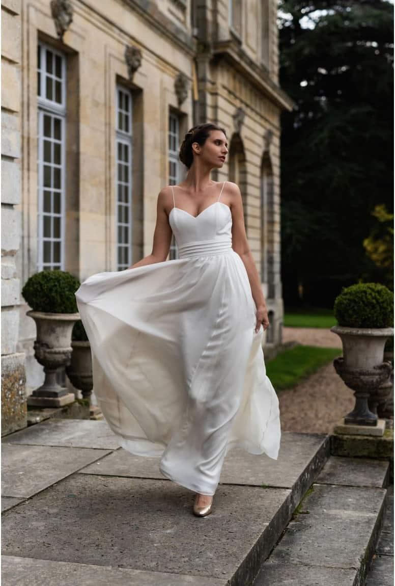 Femme marchant portant d'un sites d'achat de robes de mariée