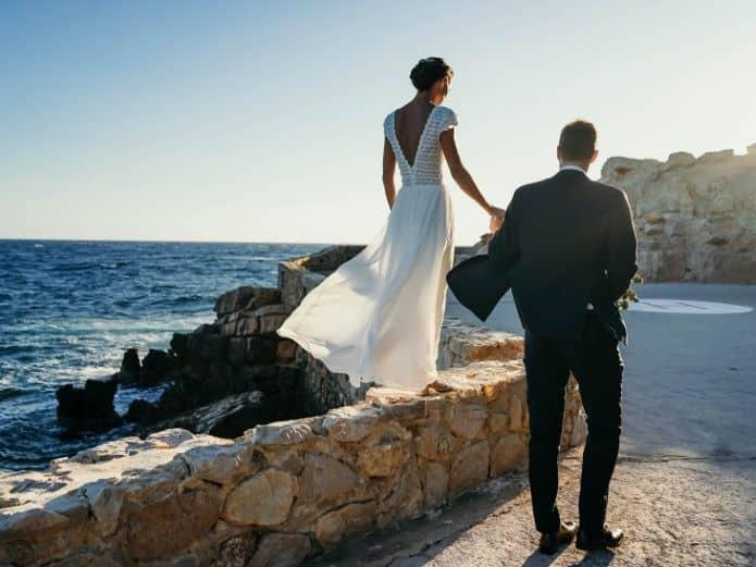 couple de mariée se promenant sur les remparts
