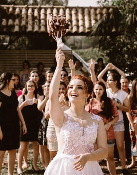 la mariée jette le bouquet à la foule derrière elle