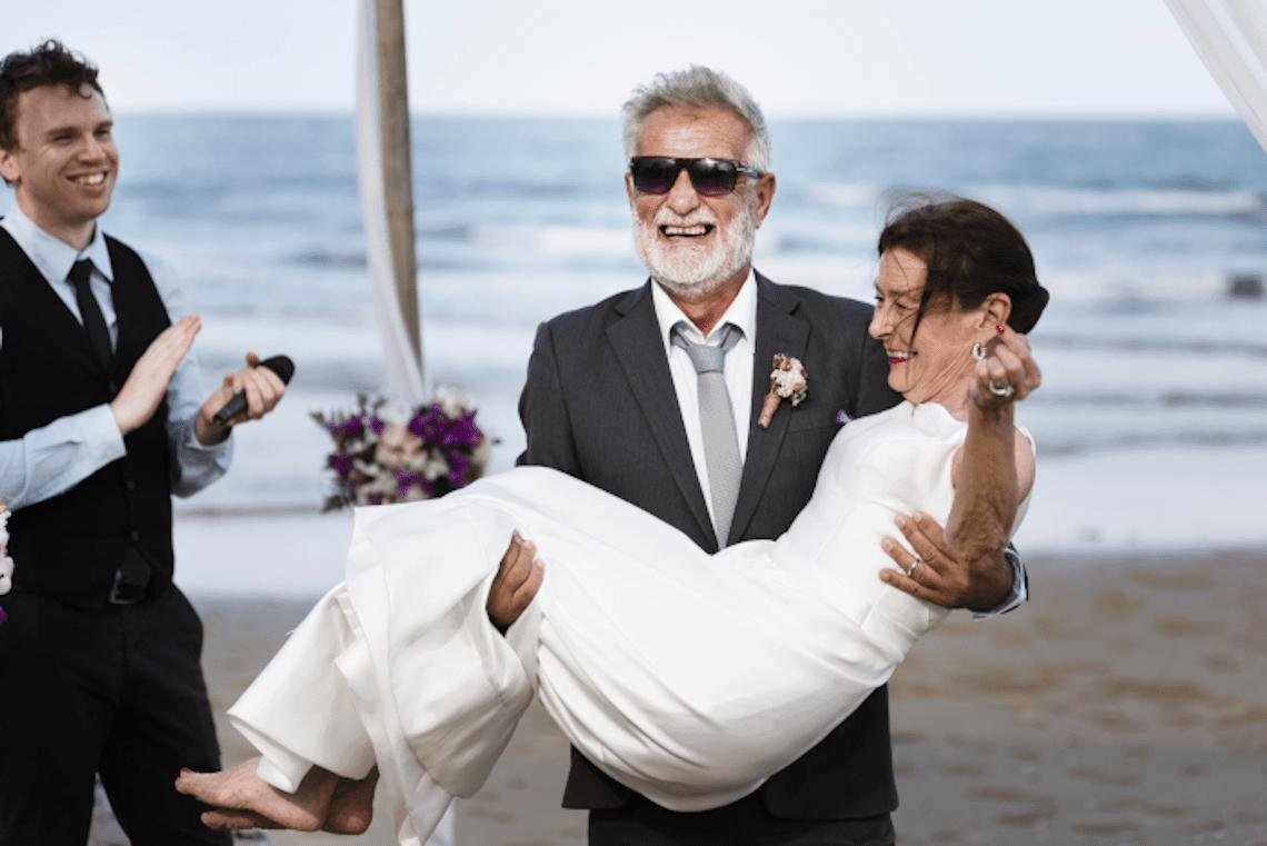 couple se mariés seniors sur la plage