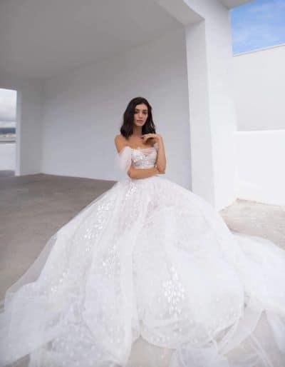 femme portant une robe de mariée princesse