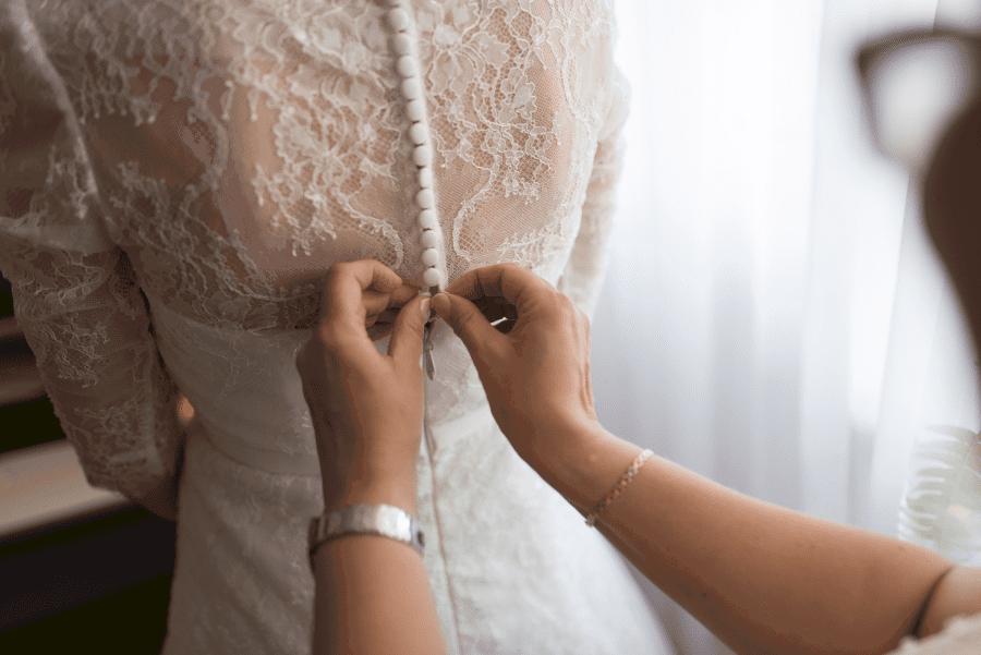 femme essayant une robe de mariée achetée en ligne