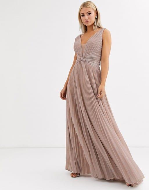 femme portant une robe nude pour mariée de 50ans