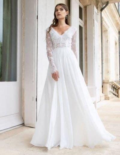 femme portant une robe de mariée empire