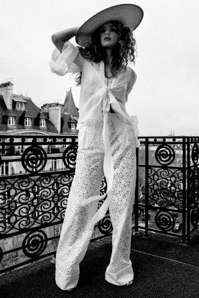 femme sur toit de paris portant un ensemble pantalon dentelle Meryl Suissa photo en noir et blanc