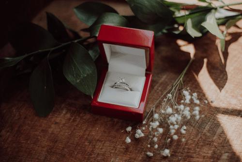 bague de fiançailles dans un écrin