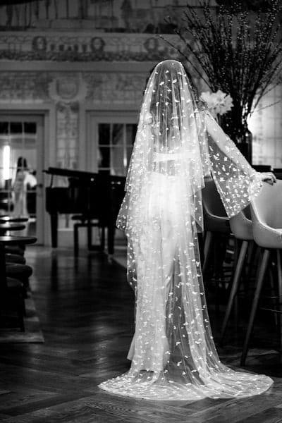 femme portant un voile très long de chez meryl suissa photo en noir et blanc
