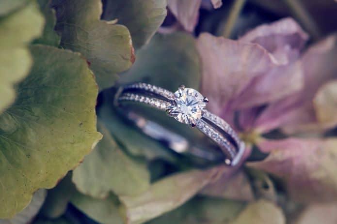 bague en diamant rond dans feuilles