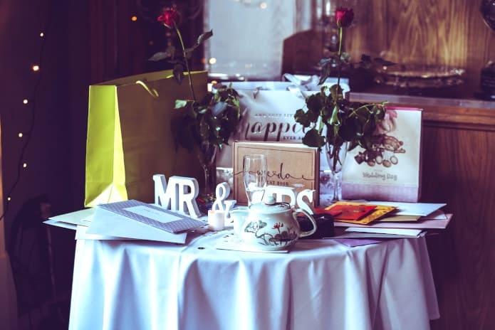 table avec cadeaux de mariage et argent pour donner à un mariage