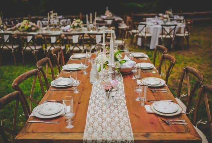 table de réception de mariage suivant un plan de table