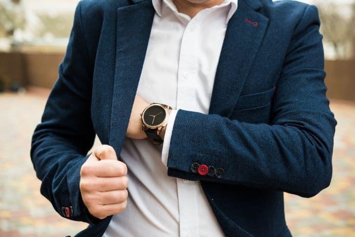 homme portant un costume et une montre pour un mariage