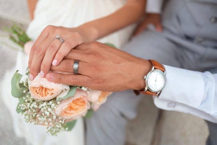 homme portant une montre pour son mariage