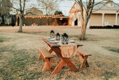 table de camping lors d'un mariage à thème authentique