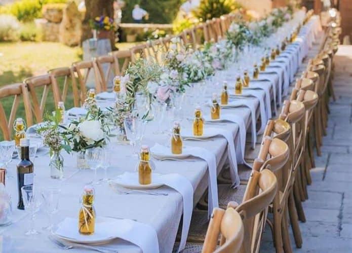 table de mariage avec bouteille huile d'olive dans assiette