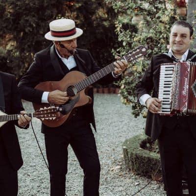 musiciens siciliens jouant de la guitare et accordéon pendant un mariage à thème