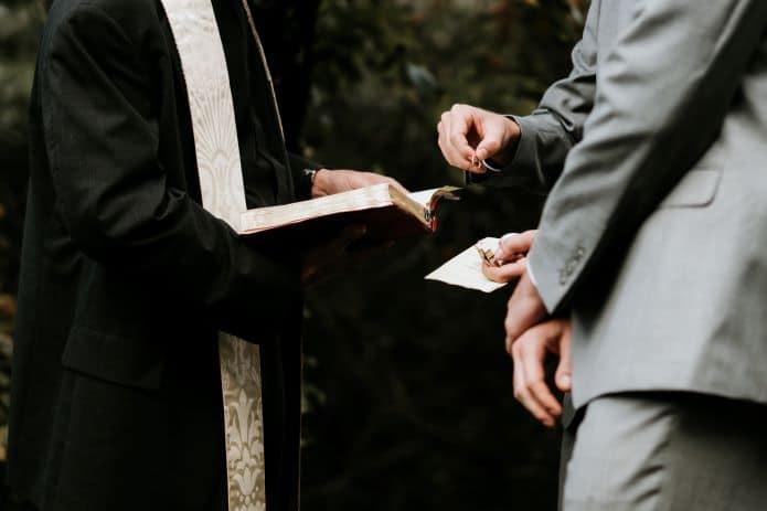 marié et son témoin de mariage devant le prêtre