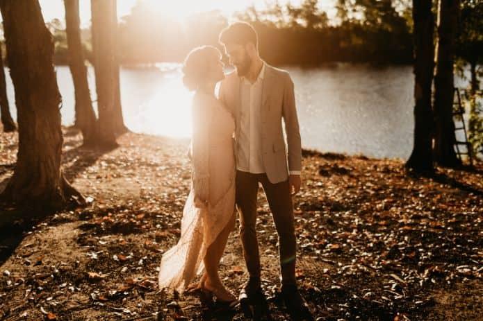 couple de marié dans la forêt en automne