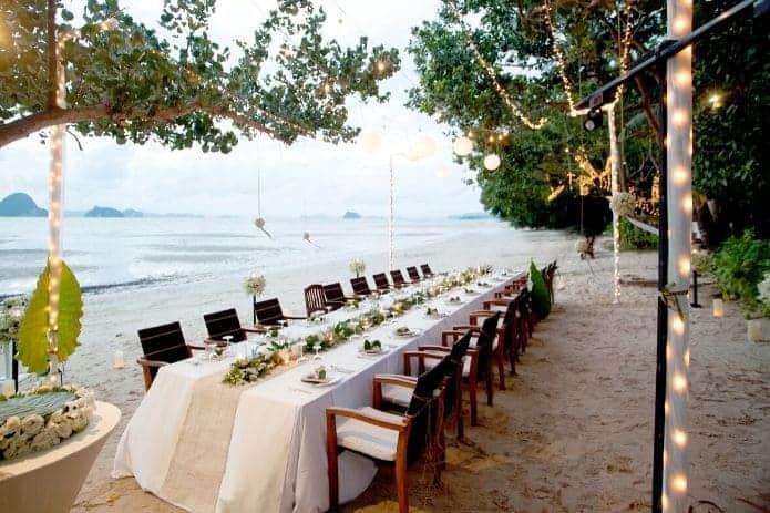 table de mariage sur le thème de la plage