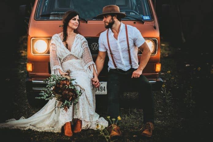 couple de mariés thème de mariage vintage adossées à une voiture