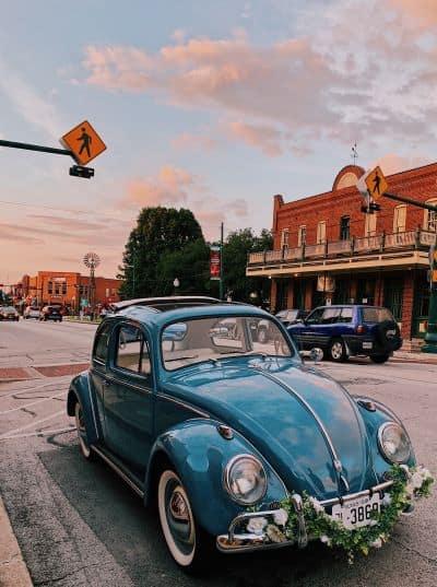 voiture bleue de mariage thème vintage