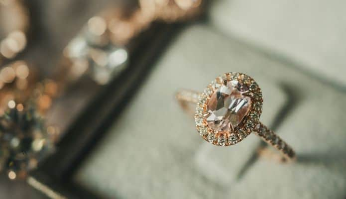 bague de fiançailles rosegold diamants dans écrin