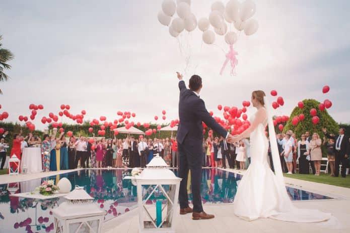 ballons hélium rouge autour d'une piscine en animation de mariage