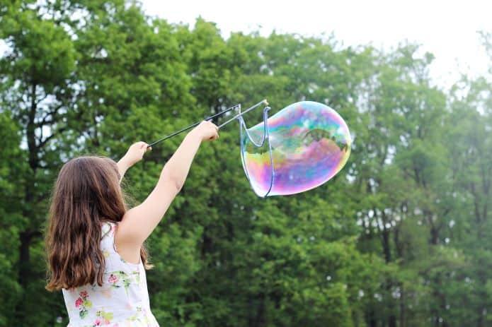 petite fille faisant des bulles géantes