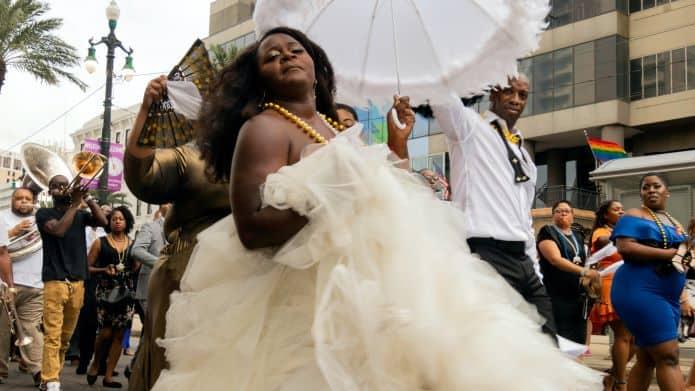 mariée dansant à son mariage durant une animation parade