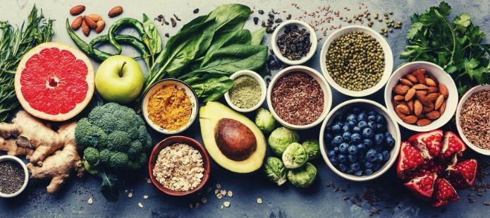 fruits, légumes et graines sur une table