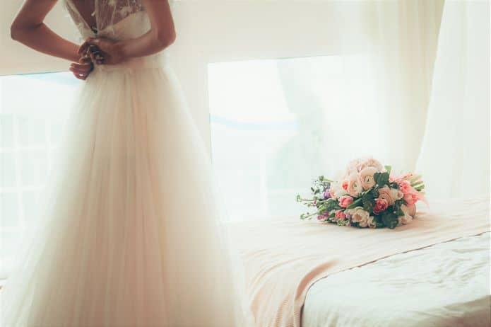 mariée fermant sa robe après une perte de poids