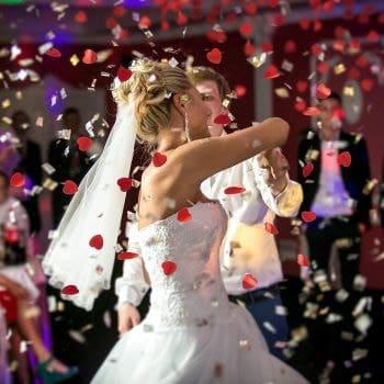 mariée dansant sous des confettis